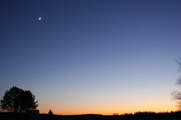 Kuu ja Veenus 1. jaanuaril 2009: Pilt on tehtud ligi tund aega peale päikeseloojangut. Veenus on hele tähekene Kuust paremal allpool. Tõnis Eenmäe foto.