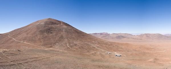Cerro Armazonese mägi Atacama kõrbes. Mäe jalamil, umbes 300 meetrit tipust madalamal asub Cerro Armazonese observatoorium, mis kuulub Antofagasta ülikoolile Universidad Católica del Norte. Foto: Taavi Tuvikene (2005)