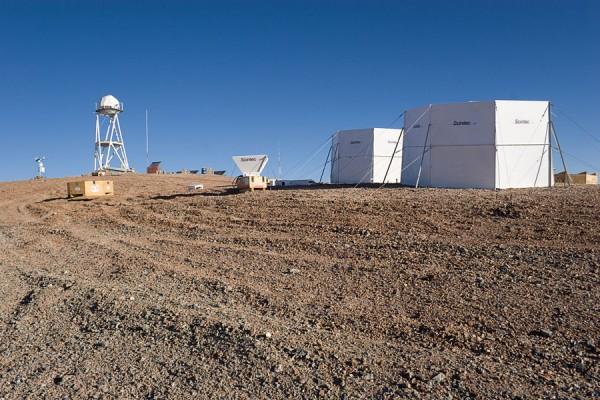 Cerro Armazonese astrokliima uurimine. Mäetipus olevate seadmetega koguti mitme aasta jooksul andmeid vaatluskoha kvaliteedi kohta. Foto on tehtud 2005. aastal, kui Cerro Armazones oli veel 30-meetrise TMT võimalikuks asukohaks. Foto: Taavi Tuvikene