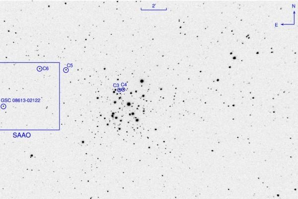Laia vaateväljaga kaader taevaalast hajusparve NGC 3293 ümbruses. Uuritud täht GSC 08613–02122 asub pildi vasakus servas ja on tähistatud ringiga. Tähed C3 kuni C6 on heleduse mõõtmisel kasutatud võrdlustähed. Ruut märgib SAAO 1-meetrise teleskoobi vaatevälja.