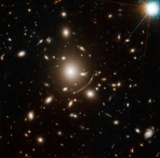 Galaktikaparv Abell 383, mille abil tehti avastus. Pilt: NASA, ESA, J. Richard (CRAL) and J.-P. Kneib (LAM), Marc Postman (STScI)