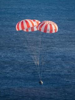 Kapsel maandub pärast edukat katset. Autor: NASA/James Blair