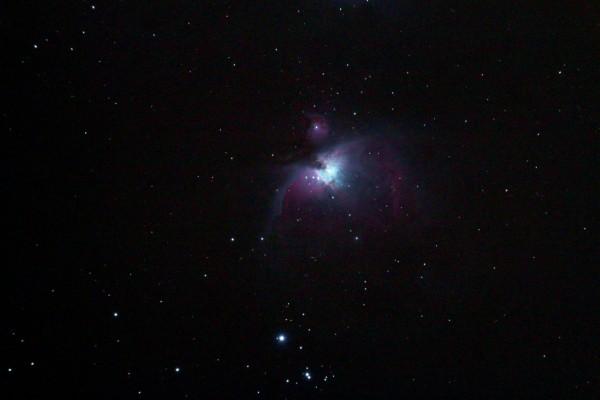 Näide üksikust peegelkaamera kaadrist Orioni udule AHHAA katuselt (15 s säri).