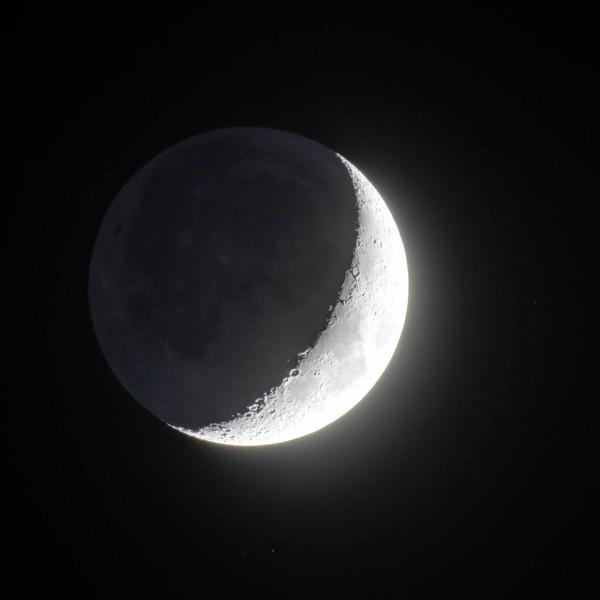 Kasvav Kuu koos Maa tuhkvalgusega. Pildistatud AHHAA katuselt 11.03.19.