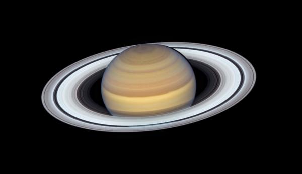 Verivärske Hubble kosmoseteleskoobi foto Saturnist