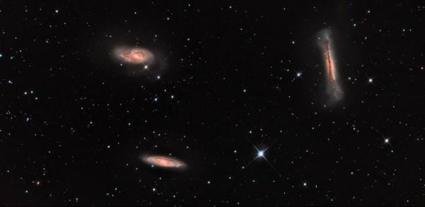 Lõvi tähtkuju taustal asuv niinimetatud Lõvi kolmik. Vasakul ülal paistab M66, selle all M65 ja paremal NGC 3628. Viimast nimetatakse vahel oma veidra kuju tõttu ka Hamburgeri galaktikaks. Autor: Raivo Hein