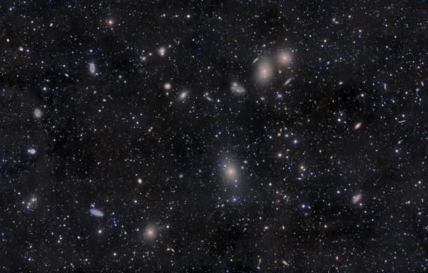 Neitsi galaktikaparve süda, kus on näha omavahel põrkuvaid hiidgalaktikaid. Parves on kokku umbes 2000 individuaalset liiget. Allikas: Wikipedia