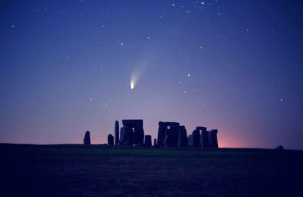 Sellisena paistis 1997. aasta Hale-Bopp komeet Inglismaal Stonehenge varemete kohal. Foto: John Goldsmith