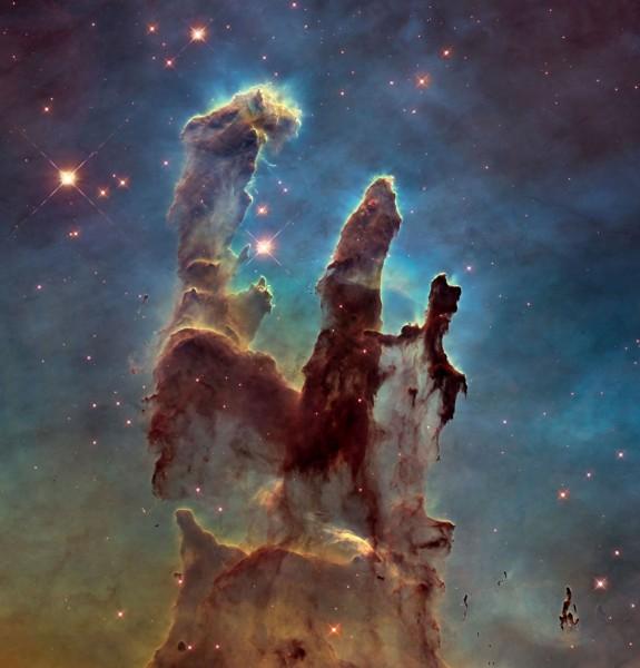 """24. aprillil tähistas Hubble kosmoseteleskoop 30 aasta möödumist orbiidil. Sellel, tema 1995. aasta fotol on näha umbes 7000 valgusaasta kaugusel asuva Kotka udukogu südames kõrguvad gaasist ja tolmust sambakujulised pilved, milles tekivad uued tähed. Vasakpoolse samba kõrguseks on umbes neli valgusaastat ning selle """"peast"""" väljaulatuvad tillukesed sõrme-sarnased moodustised on mitmeid kordi suuremad kui Päikesesüsteem. Gaasimoodustised said kiiresti hüüdnime Pillars of Creation ehk Loomise sambad."""