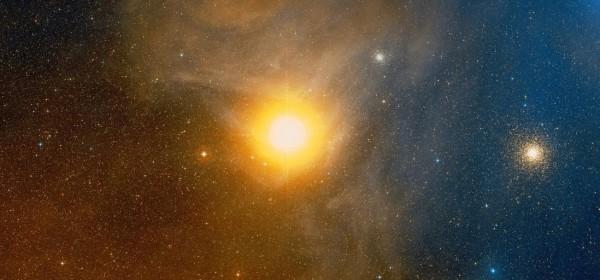 Skorpioni tähtkuju südames paistev punane ülihiidtäht Antaares on üks meile lähimaid omasuguseid, asudes meist vaid 550 valgusaasta kaugusel. Kui see asuks meie Päikesesüsteemi keskel, ulatuks selle pind kuhugi Marsi ja Jupiteri orbiitide vahele. Fotole on jäänud ka kaugel selle taga asuvad kerasparved NGC  6144 (keskel) ja M4 (paremal). Foto: WIKISKY