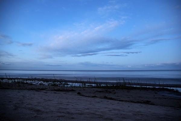 Saturn vasakul ja Jupiter paremal 20. mai hommikul nähtuna Peipsi järve ääres vahetult enne päikesetõusu. Foto: Taavi Niittee/Tõrva Astronoomiaklubi