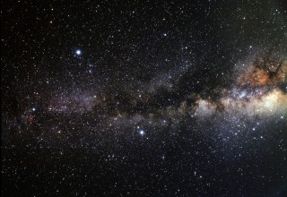 Sellisena võiks paista Suvekolmnurga asterism Linnutee taustal, kui meie peade kohal poleks päikesevalgust neelavat ja hajutavat atmosfääri. Sellel Euroopa Kosmoseagentuuri (ESA) lainurk fotol on kolmnurka näha pildi vasakus pooles. Keskel vasakul paistab Deeneb, ülal kõige heledam on Veega ning all keskel Altair.