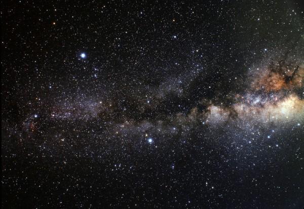 Sellisena võiks paista Suvekolmnurga asterism Linnutee taustal, kui meie peade kohal poleks päikesevalgust neelavat ja hajutavat atmosfääri. Sellel Euroopa Kosmoseagentuuri (ESA) lainurkfotol on kolmnurka näha pildi vasakus pooles. Keskel vasakul paistab Deeneb, ülal kõige heledam on Veega ning all keskel Altair.