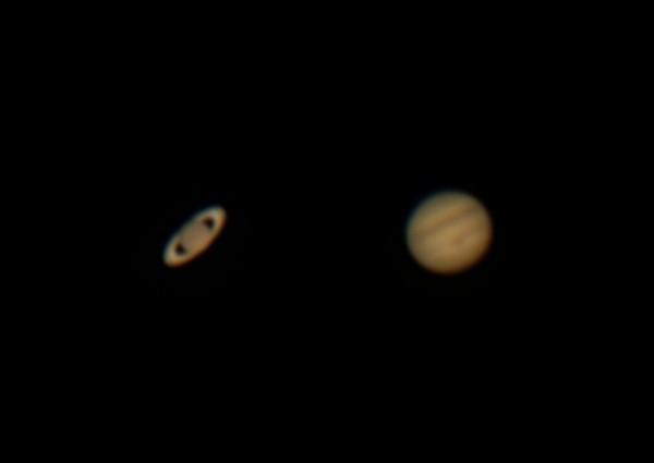 1,35 miljardi kilomeetri kaugusel asuv Saturn vasakul ja umbes poole lähemal asuv Jupiter paremal. Foto on tehtud 21. juulil Tõrvas. Foto: Taavi Niittee/Tõrva Astronoomiaklubi - https://www.astromaania.ee/