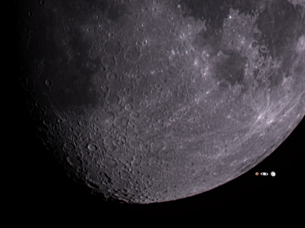 Septembri vaatlusõhtutel nähtavad taevakehad: Kuu, Jupiter, Saturn ja Marss õiges mõõtkavas, pildistatud AHHAA katuselt.