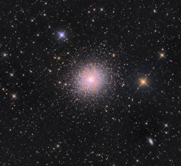 M13 kerasparv Herkulese tähtkujus on põhjapoolkera taevas heledaim omasugune. See sisaldab sadu tuhandeid tähti vaid umbes . Foto: Raivo Hein (http://www.wandyarhol.com/albums/kosmose-fotod/)